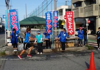 沖縄トリムマラソンで頑張るみなさんの応援を兼ねて給水のお手伝い